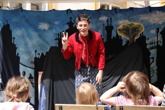 Divadelní představení pro děti na nádvoří café MORGAL