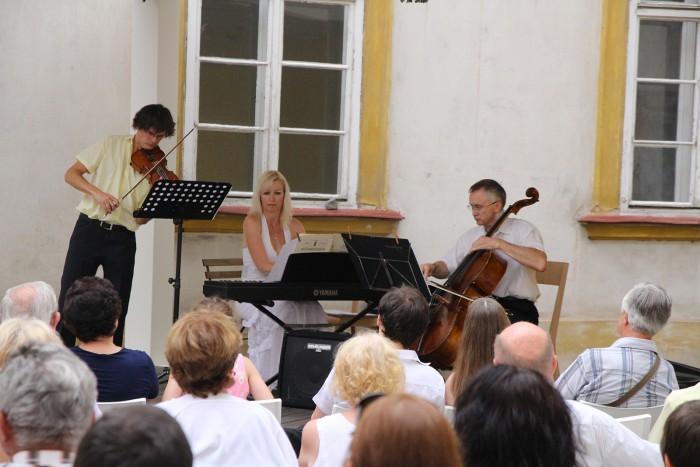 Open-air koncert klavírního tria na nádvoří